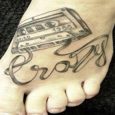 脚面上的磁带英文纹身图案