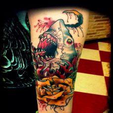胳膊上的黄玫瑰与鲨鱼纹身图案