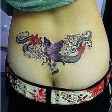 腰臀间的蝴蝶花藤纹身图案