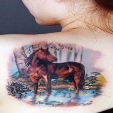 后背上水洼中的马纹身图案