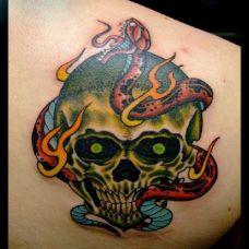 肩上被蛇缠住的骷髅纹身图案