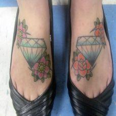 脚面上的钻石花朵纹身图案