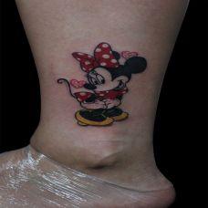 脚踝上的米老鼠纹身