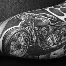 大臂上的黑灰色摩托机车纹身图案