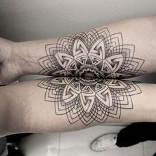 小臂上的花纹几何情侣纹身图案