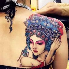 后背肩胛骨上的青衣花旦纹身图案