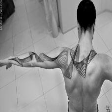 后背上的立体几何线条纹身图案