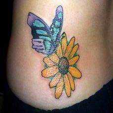 后腰上的花朵蝴蝶纹身图案