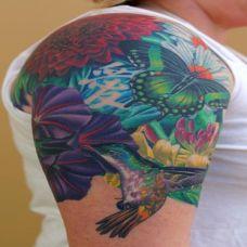 大臂上的蝴蝶花朵纹身图案