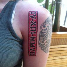 大臂上的竖条罗马文字纹身图案