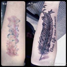 小臂上的羽毛遮盖纹身图案