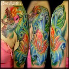大臂上的花朵小鸟纹身图案