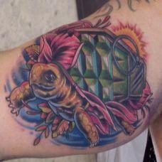 大臂上的绿色海龟纹身图案