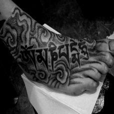 脚面上的藏文纹身图案
