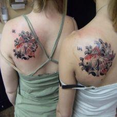 后背上的浪花金鱼纹身图案