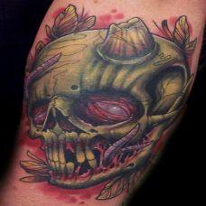 小臂上的绿色骷髅头纹身图案