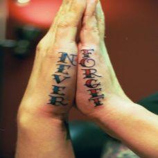 手部上的英文纹身图案