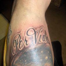 肩膀上的花体字英文纹身图案