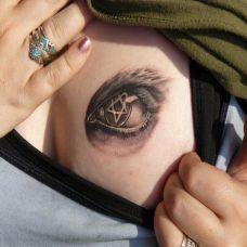胸前的眼睛五角星纹身图案