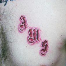 胸前的红色英文字母纹身图案
