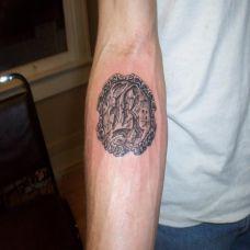 小臂上的石刻英文字母纹身图案