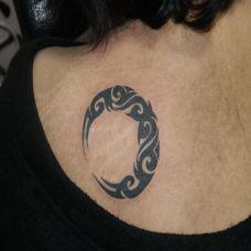 背部图腾月亮纹身