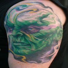 大臂上的绿色恶魔纹身图案