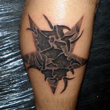 小腿上的熔化五角星纹身图案