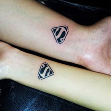 手腕上的超人符号情侣纹身图案