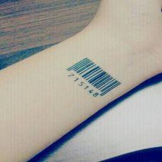 手腕上的条形码纹身图案