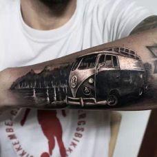 小臂上的汽车纹身图案