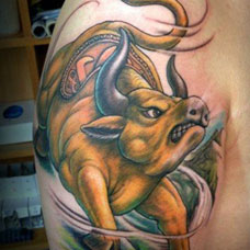 大臂上的金色牛纹身图案