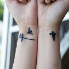手腕上的小鸟图腾纹身图案