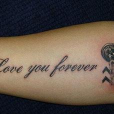 小臂内侧的示爱英文纹身图案