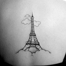 后背上的埃菲尔铁塔纹身图案