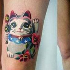 大腿上的招财猫纹身图案