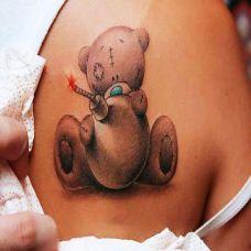 肩胛骨上的熊娃娃纹身图案