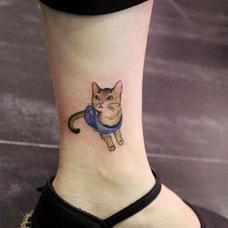 脚踝上的小猫纹身图案
