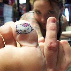 脚趾上的Kitty猫纹身图案
