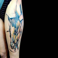 大腿上的水彩马头纹身图案