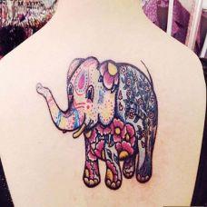 后背上的彩色小象图腾纹身图案