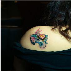 肩胛骨上的小象纹身图案