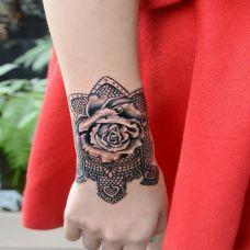 手腕上的玫瑰花纹身图案