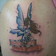 肩胛骨上的小精灵纹身图案
