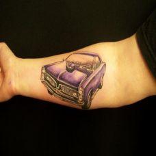 小臂上的紫色汽车纹身图案