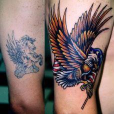 大腿上的老鹰旗帜遮盖纹身图案