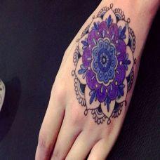 手背上的紫色梵花纹身图案
