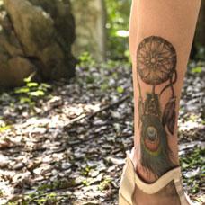 小腿上的捕梦网纹身图案