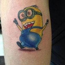 小臂上的可爱小黄人纹身图案
