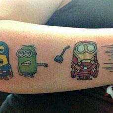 小臂上的卡通小黄人的纹身图案